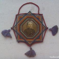 Antigüedades: REPUBLICA : PORTAFOTO ANTIGUO ARTESANAL HECHO CON HILOS FORMANDO LA BANDERA REPUBLICANA. MILITAR. Lote 63975359