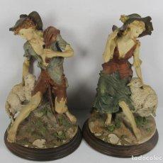 Antigüedades: PAREJA DE FIGURAS EN PORCELANA POLICROMADA REPRESENTANDO PASTORES. BASE EN MADERA. MED S XX.. Lote 44153843