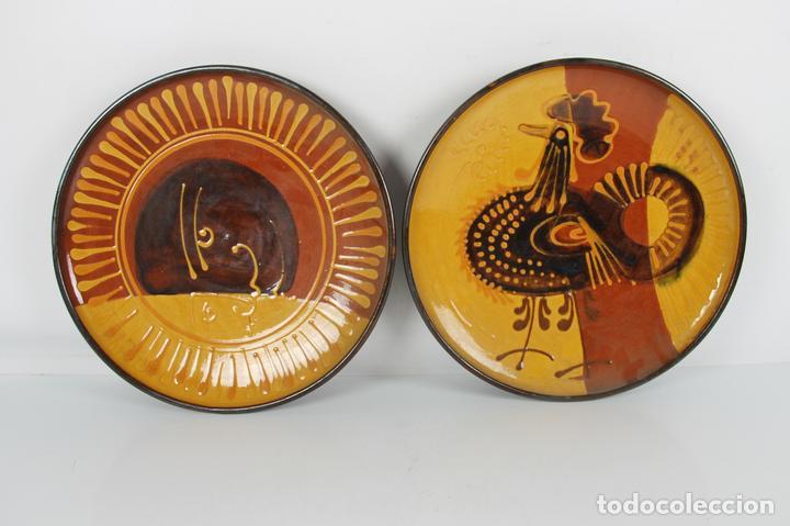 PAREJA DE PLATOS EN CERAMICA FIRMADOS VILA CLARA. LA BISBAL. MED S XX. (Antigüedades - Porcelanas y Cerámicas - La Bisbal)