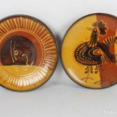 Antigüedades: PAREJA DE PLATOS EN CERAMICA FIRMADOS VILA CLARA. LA BISBAL. MED S XX.. Lote 44355010