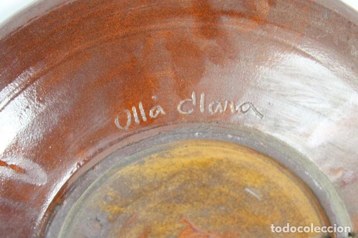 Antigüedades: PAREJA DE PLATOS EN CERAMICA FIRMADOS VILA CLARA. LA BISBAL. MED S XX. - Foto 5 - 44355010