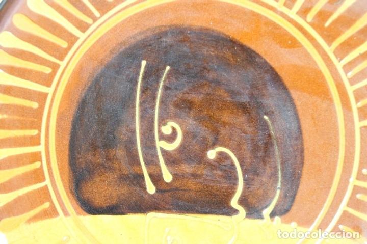 Antigüedades: PAREJA DE PLATOS EN CERAMICA FIRMADOS VILA CLARA. LA BISBAL. MED S XX. - Foto 8 - 44355010