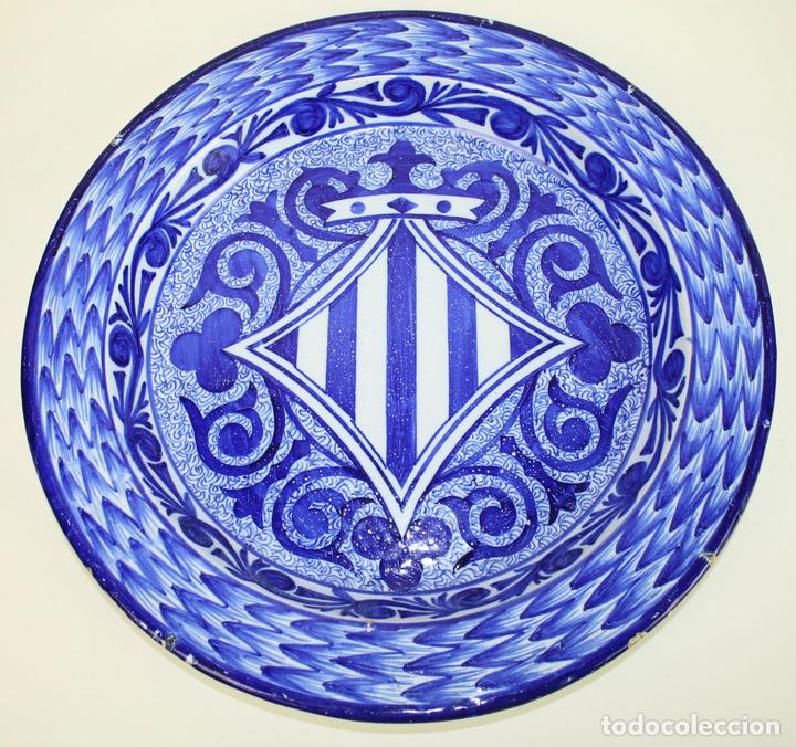 GRAN PLATO DE CERÁMICA ESMALTADA A MANO EN AZUL, PROBABLEMENTE CATALANA,AÑOS 20 (Antigüedades - Porcelanas y Cerámicas - Catalana)