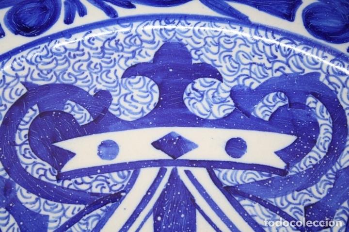 Antigüedades: GRAN PLATO DE CERÁMICA ESMALTADA A MANO EN AZUL, PROBABLEMENTE CATALANA,AÑOS 20 - Foto 4 - 45153032