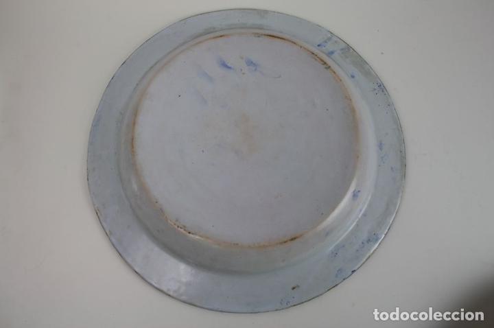 Antigüedades: GRAN PLATO DE CERÁMICA ESMALTADA A MANO EN AZUL, PROBABLEMENTE CATALANA,AÑOS 20 - Foto 7 - 45153032