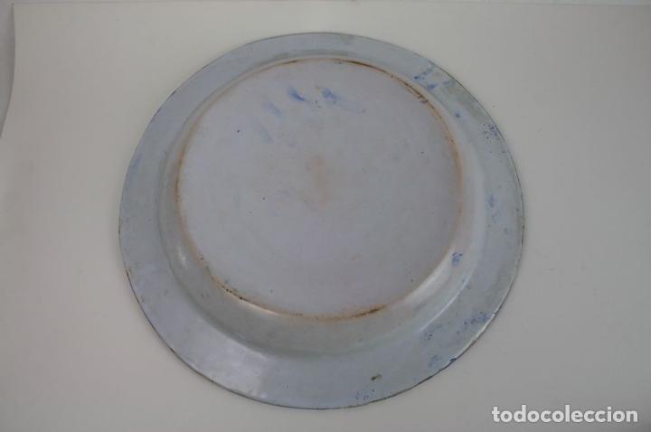 Antigüedades: GRAN PLATO DE CERÁMICA ESMALTADA A MANO EN AZUL, PROBABLEMENTE CATALANA,AÑOS 20 - Foto 11 - 45153032