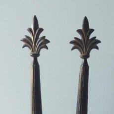 Antigüedades: PAREJA DE PEDESTALES / ADORNOS EN COLUMNA CON FLOR DE LIS. SIGLO XX. Lote 64138287