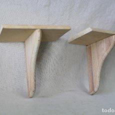repisa en madera pareja
