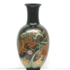Antigüedades: GRAN JARRO CHINO EN MADERA LACADA CON PINTURA Y PEANA. Lote 64241223