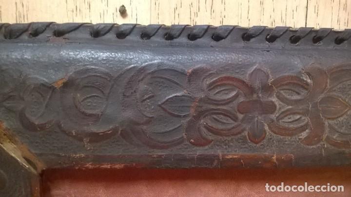 Antigüedades: porta fotos marco antiguo en piel repujada - Foto 5 - 64303779
