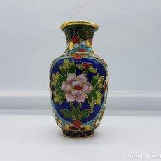 Antigüedades: JARRÓN CHINO EN BRONCE CON MOTIVOS FLORALES EN ESMALTES CLOISONNÉ .. Lote 64321899