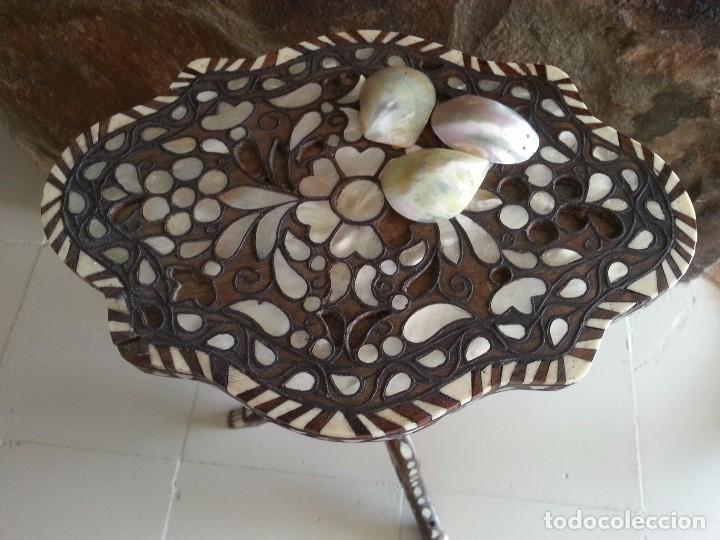 MESA ORIENTAL CON NACAR NATURAL, HUESO Y BRONCE. (Antigüedades - Muebles Antiguos - Mesas Antiguas)