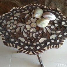Antigüedades: MESA ORIENTAL CON NACAR NATURAL, HUESO Y BRONCE. . Lote 64380023