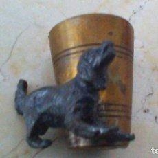 Antigüedades: VASITO DE METAL ( PALILLERO ), ADORNADO CON PERRO. 4,5 CM. DE ALTURA.. Lote 64384471