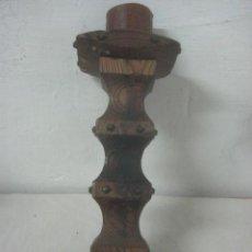 Antigüedades: GRAN CANDELERO O CANDELABRO HECHO COMPLETO EN MADERA TALLADA DE 37 CMS DE ALTO, DATA DE LOS AÑOS 20. Lote 69030386
