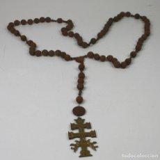 Antigüedades: RO084 ROSARIO CON CRUZ DE CARAVACA. CUENTAS EN MADERA TALLADA Y METAL DORADO. ESPAÑA. SIGLO XX.. Lote 55988235