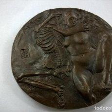 Antigüedades: ANTIGUA MEDALLA-BRONCE-THE LAST EMBRACE-12 CENTIMETROS-680 GRAMOS-N. Lote 64495195