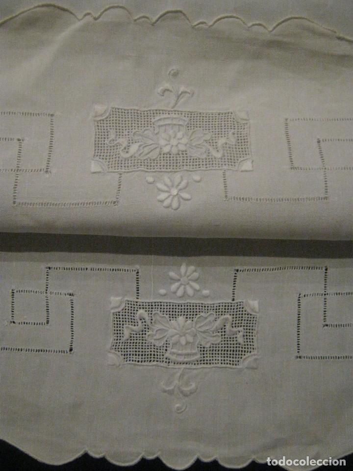ANTIGUO TAPETE CON FILTIRÉ, VAINICAS Y BORDADOS PPIO.S.XX (Antigüedades - Hogar y Decoración - Tapetes Antiguos)