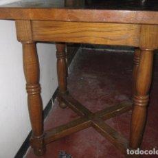 Antigüedades: MESA DE COMEDOR O COCINA CUADRADA 68 CM. MADERA ROBLE MACIZA ALTURA 77 CM. ALTURA AL FALDÓN 63 CM.. Lote 64612251