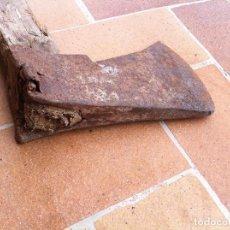Antigüedades: OFERTON ESPECTACULAR Y DECORATIVA HACHA DEL SIGLO XIX CON EL MANGO COSIDO. Lote 64672343