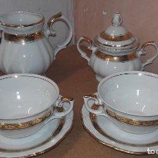 Antigüedades: JUEGO DE CAFE CON LECHE - PORCELANA SANTA CLARA VIGO - AZUCARERO LECHERA TAZAS PLATOS -FILOS DORADOS. Lote 64681547