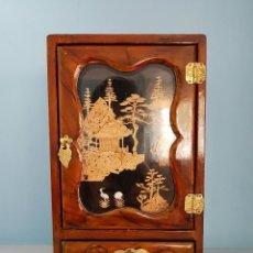 Antigüedades: JOYERO ANTIGUO ORIENTAL EN MADERA LACADA CON PAISAJE TRADICIONAL CHINO FINAMENTE TALLADO EN CORCHO .. Lote 64785115
