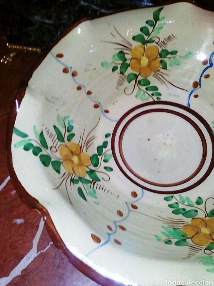 Antigüedades: Antiguo frutero, centro de ceramica de Manises. Ceramica esmaltada y pintada a mano. - Foto 2 - 64836626