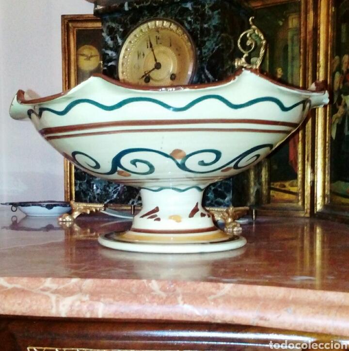 Antigüedades: Antiguo frutero, centro de ceramica de Manises. Ceramica esmaltada y pintada a mano. - Foto 3 - 64836626