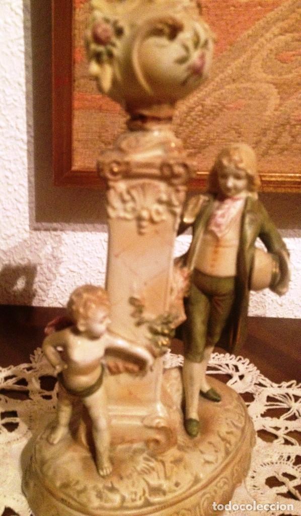 Antigüedades: Pareja (2) figuras tipo biscuit- Dama y Caballero, con florero sobre columna - Foto 3 - 64856987