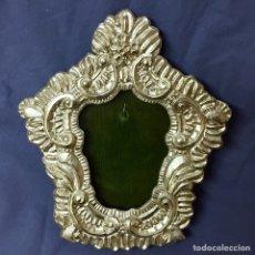 Antigüedades: MARCO PLATEADO LABRADO RELICARIO FONDO TERCIOPELO VERDE 19CM X 22CM MEDALLA IMAGEN VIRGEN. Lote 68518094