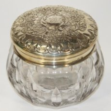 Antigüedades: BONITA BOMBONERA EN CRISTAL TALLADO. TAPA DE PLATA. RN. ESPAÑA. SIGLO XX.. Lote 64911591