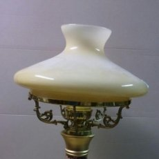 Antigüedades: LAMPARA DE SOBREMESA EN CERAMICA MAIOLICA CON TULIPA EN CRISTAL. Lote 65299131