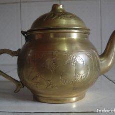 Antigüedades: ANTIGUA TETERA DE LATÓN REPUJADO CON UNA GALERA COMO MARCA DE FABRICANTE. Lote 65442834
