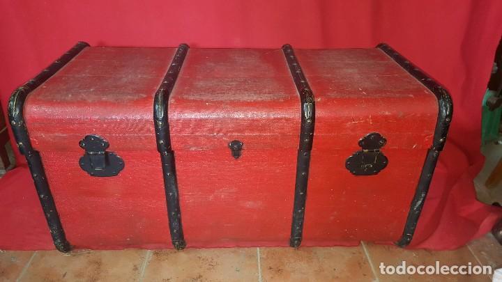 BAUL DE COLOR ROJO. NECESITA ALGO DE RESTAURACIÓN. (Antigüedades - Muebles Antiguos - Baúles Antiguos)