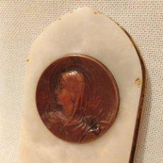 Antigüedades: ANTIGUO CUADRITO DE MESILLA, CUADRO,CON LA VIRGEN LA PURISIMA, EN COBRE,MARMOL Y BRONCE. 10X6,07CM.. Lote 65676210
