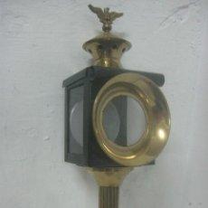 Antigüedades: GRAN FAROL DE CARRUAJE DE LOS AÑOS 30 EN HIERRO FORJADO Y BRONCE LABRADO CON AGUILA, 46 CMS DE ALTO,. Lote 75796965