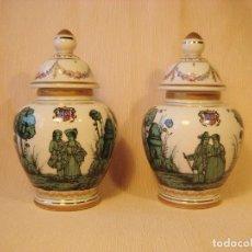 Antigüedades: 2 TIBORES PEQUEÑOS DE PORCELANA PINTADOS A MANO. ESTILO MEISSEN. Lote 65767046
