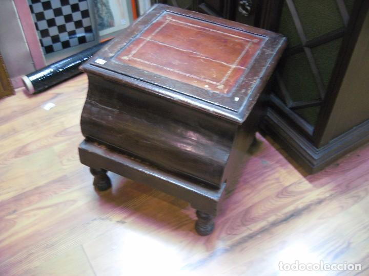 Original Mueble antiguo caja zapatero o escalera con cuero dorados medida 44 X 44 cm. Altura 38 cm. segunda mano