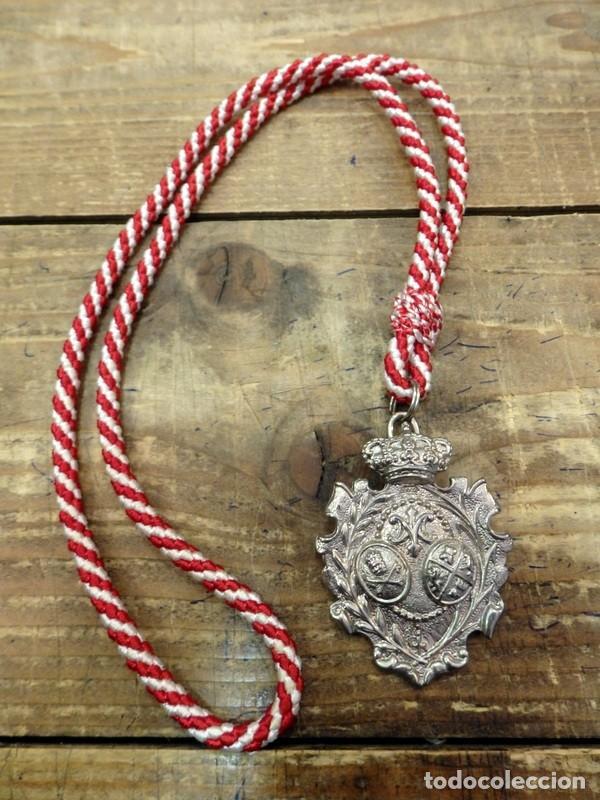 SEMANA SANTA SEVILLA , MEDALLA MADRE DE DIOS DEL ROSARIO PATRONA DE CAPATACES Y COSTALEROS (Antigüedades - Religiosas - Medallas Antiguas)