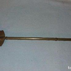 Antigüedades: ANTIGUA MAZA DEL BRASERO EN LATON Y BRONCE, MED. 34 CMTS. Lote 65864794