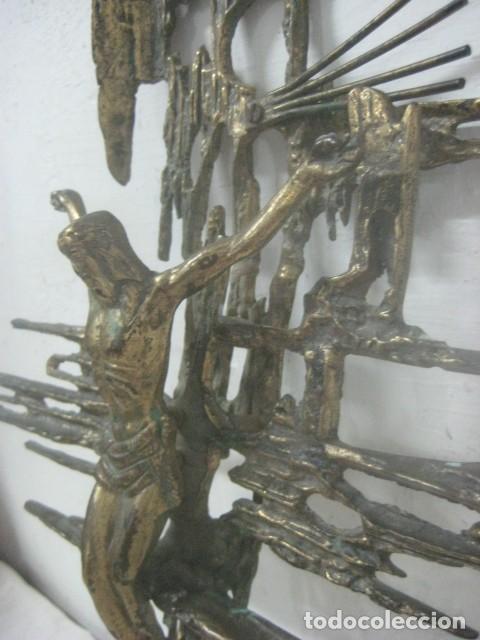 IMPRESIONANTE CRUCIFIJO MODERNISTA HECHO COMPLETO EN BRONCE MACIZO DATA DEL 1930, MUY DALINIANO (Antigüedades - Religiosas - Crucifijos Antiguos)