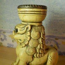Antigüedades: MUY ANTIGUO PORTAVELAS - LEÓN - 14,5 CM. DE ALTURA - MUY PESADO. Lote 65899906