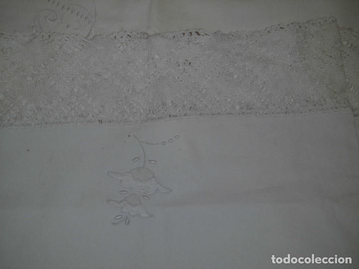 SABANA Y ALMOHADON DE ALGODON BORDADA CON PUNTILLA LETRA P D Y FLOR (Antigüedades - Hogar y Decoración - Sábanas Antiguas)