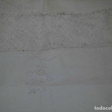 Antigüedades: SABANA Y ALMOHADON DE ALGODON BORDADA CON PUNTILLA LETRA P D Y FLOR. Lote 65935346