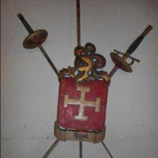 Antigüedades: ESCUDO HERALDICO EN MADERA TALLADA Y TRES ESPADAS DE HIERRO. Lote 65948806