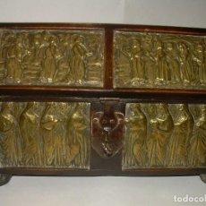 Antigüedades: ANTIGUA CAJA ARQUETA DEL SIGLO XIX..DE MADERA Y LATON REPUJADO CON EL INTERIOR DE SEDA.. Lote 65962538