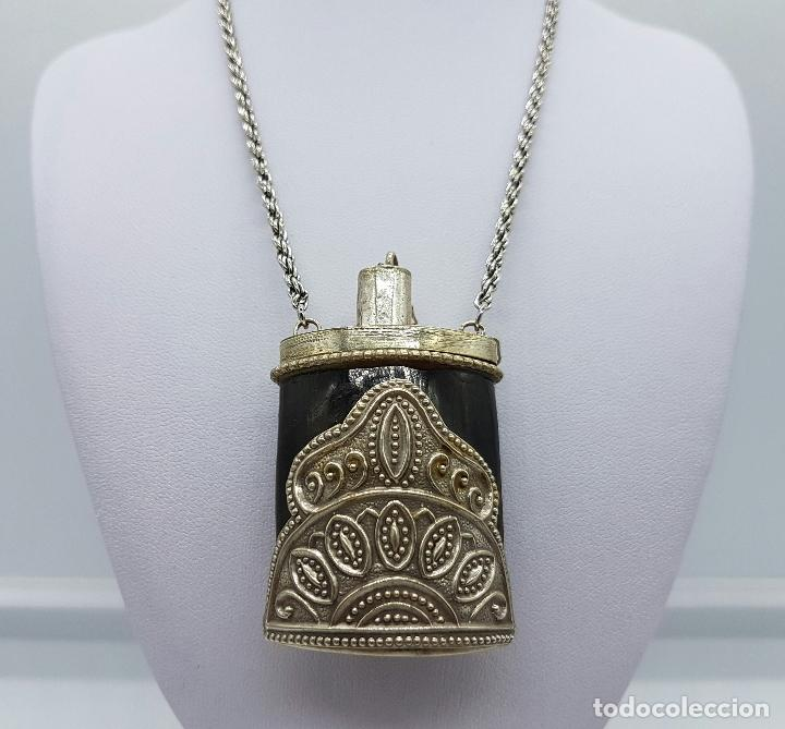 Antigüedades: Perfumero antiguo o snuff bottle en asta de cuerno con apliques plata tibetana repujada y cadena . - Foto 3 - 65998994