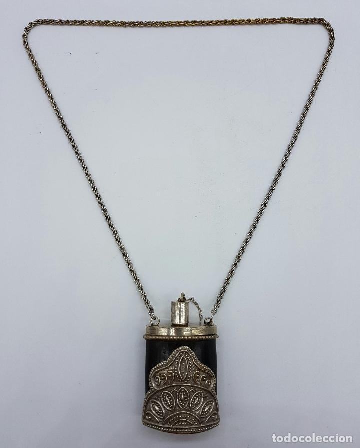 Antigüedades: Perfumero antiguo o snuff bottle en asta de cuerno con apliques plata tibetana repujada y cadena . - Foto 4 - 65998994