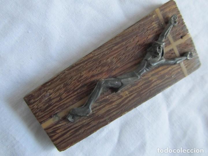 Antigüedades: Cristo crucificado sobre madera. Cruz incrustada de hueso. Imán para nevera - Foto 7 - 66018062