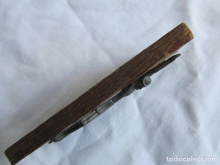 Antigüedades: Cristo crucificado sobre madera. Cruz incrustada de hueso. Imán para nevera - Foto 8 - 66018062